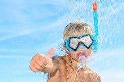 有废气管和潜水屏蔽的男孩 库存照片