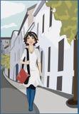 有废物的妇女上色了头发走在城市街道上的 免版税图库摄影