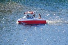 有度假者的汽艇蓝色河的 图库摄影