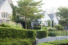 有庭院和桥梁的高级郊区房子 库存图片