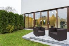有庭院家具的露台 免版税库存照片