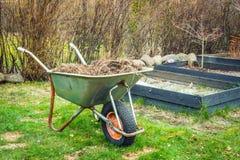 有庭院废物的独轮车 免版税库存照片