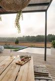 有庭院游泳池和木甲板的现代房子 库存照片