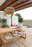 有庭院游泳池和木甲板的现代房子 免版税图库摄影