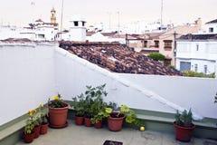 有庭院的典型的白色安达卢西亚的村庄 免版税库存图片