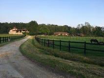有庭院的典雅的乡间别墅 库存图片