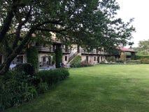 有庭院的典雅的乡间别墅 库存照片