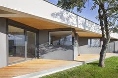 有庭院的新的系列房子 免版税库存照片