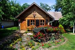 有庭院的村庄房子 免版税库存图片