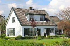 有庭院的现代农村房子在荷兰 库存图片