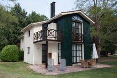 有庭院的现代房子,室外 库存图片