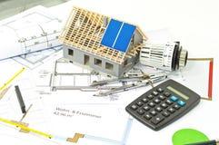 有建筑计划和太阳电池板计划的议院 免版税库存照片