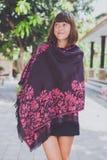 有开士米室外围巾的立场的时兴的少妇 巴厘岛 库存照片