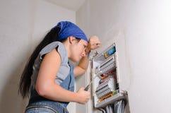 有开放保险丝的女性电工 免版税库存照片