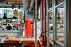 有开放厨房的餐馆 图库摄影