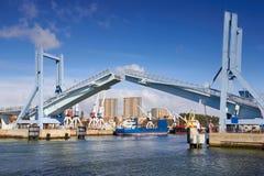 有开放吊桥的波尔图小游艇船坞 库存照片