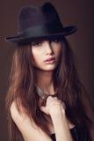 有开放嘴唇的妇女在黑暗的背景的黑帽会议 免版税库存照片