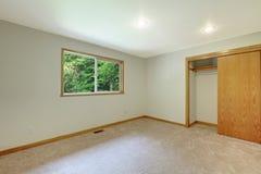 有开放壁橱门的空的新的绝尘室。 库存图片