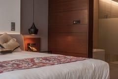 有开放床的光的干净的旅馆卧室 免版税图库摄影