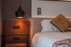 有开放床的光的干净的旅馆卧室 免版税库存照片