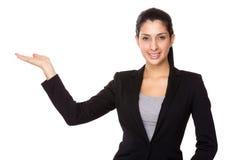 有开放手棕榈的女实业家 免版税图库摄影