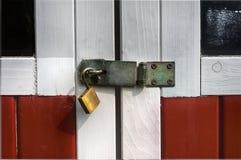 有开放挂锁的钢转体门窗等之搭扣 图库摄影
