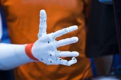 有开放棕榈姿态的塑料机器人手 库存照片