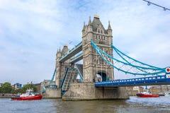有开放的吊桥的塔桥梁 图库摄影