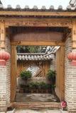 有开放的门的中国民间房子 免版税库存照片