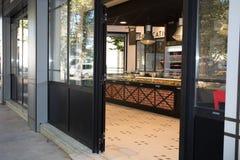 有开放的门的美丽的葡萄酒面包店 免版税库存图片