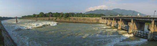 有开放的水闸的河 免版税库存照片
