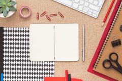 有开放笔记本的办公桌 顶视图 免版税库存图片