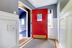 有开放红色门的入口走廊 免版税库存照片