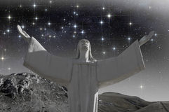 有开放胳膊的基督在满天星斗的天空下 图库摄影
