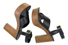 有开放脚趾十字架的黑高脚跟鞋子束缚平台凉鞋 免版税库存照片
