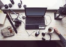 有开放膝上型计算机的工作场所有在现代木书桌上的黑屏幕的 免版税库存照片