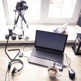 有开放膝上型计算机的工作场所有在现代木书桌上的黑屏幕的 库存照片