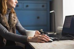 有开放膝上型计算机的工作场所有在现代木书桌上的黑屏幕的 库存图片