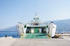 有开放舷梯和空的汽车甲板的渡轮船 免版税库存照片