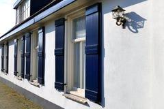 有开放蓝色窗口的葡萄酒白色房子关闭,花边窗帘 免版税图库摄影