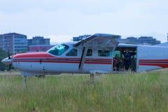 有开放车辆后档板和飞将军里面的白色吹笛者航空器:跳伞的训练 免版税库存图片