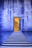 有开放门和走道的混凝土墙 免版税库存图片