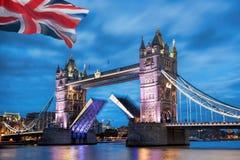 有开放门的在晚上,伦敦,英国,英国塔桥梁 免版税图库摄影