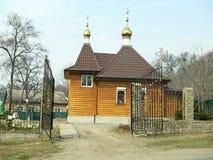 有开放门的村庄教会在路边缘 免版税图库摄影