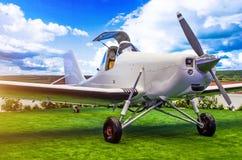 有开放驾驶舱飞行员的涡轮螺旋桨发动机航空器在草甸 库存照片