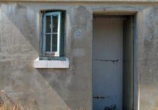 有开窗口和缺掉门的水泥附属建筑 免版税库存照片