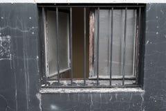 有开窗口的被风化的墙壁和 库存照片