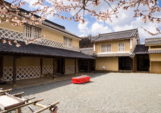 有开花在春天的洋李的传统日本房子 免版税库存照片