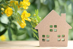 有开花树的木玩具房子 库存图片
