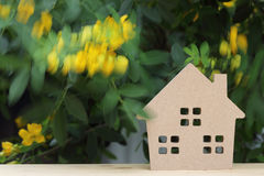 有开花树的木玩具房子 免版税库存照片